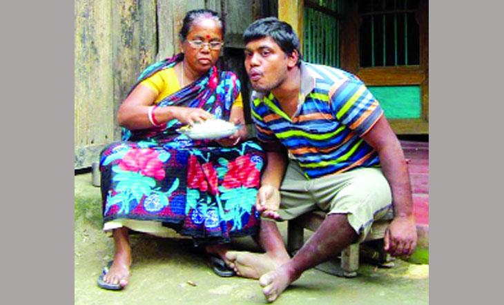 প্রতিবন্ধী সন্তান সাগরকে নিয়ে অথৈ সাগরে ভেসে চলেছেন বিভা রানী